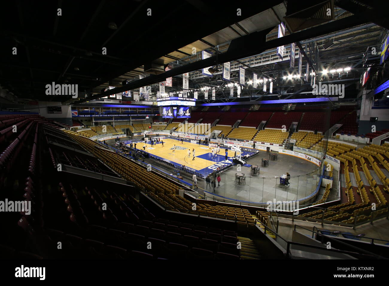 Kitchener Memorial Auditorium 2017 - 2018 Season - KW Titans and the London Lightning warm up for a game at the - Stock Image