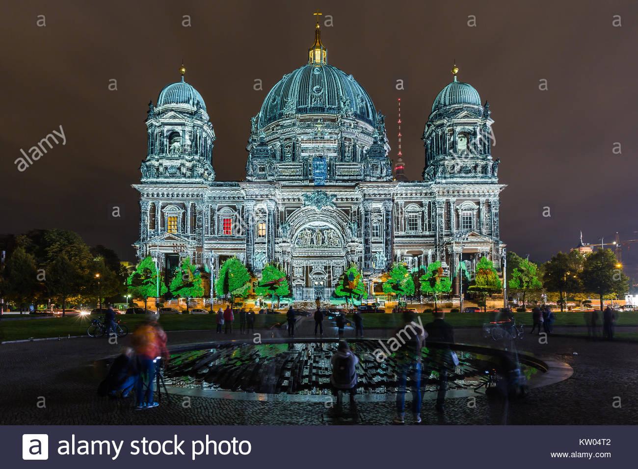Berlin, der Berliner Dom bzw. Oberpfarr- und Domkirche zu Berlin beim Festival of Lights 2016 illuminiert in farbenpraechtigen - Stock Image