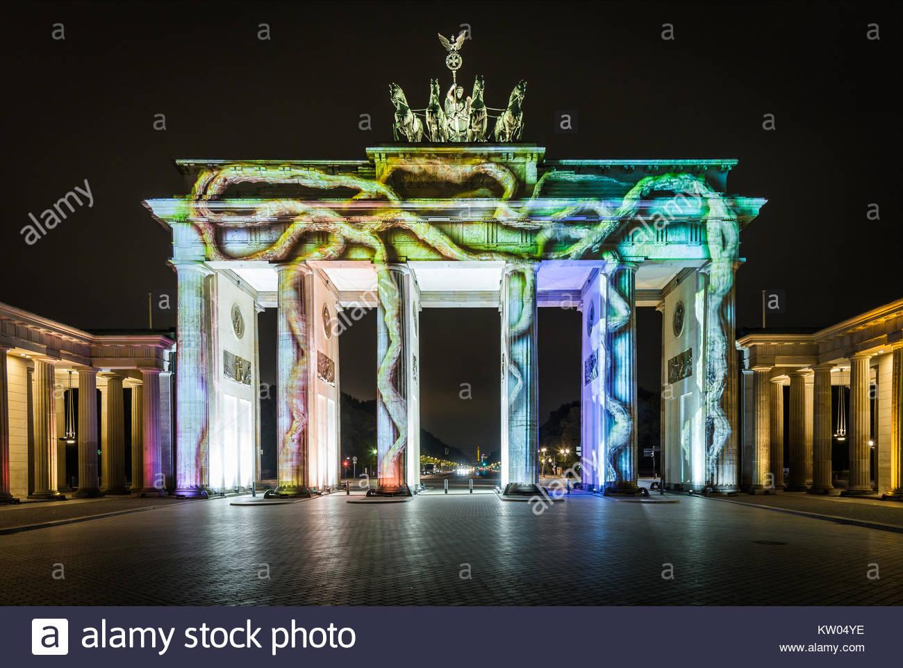 Berlin, das Brandenburger Tor beim Festival of Lights 2016 illuminiert in farbenprächtigen Dekor. Seit 2015 - Stock Image