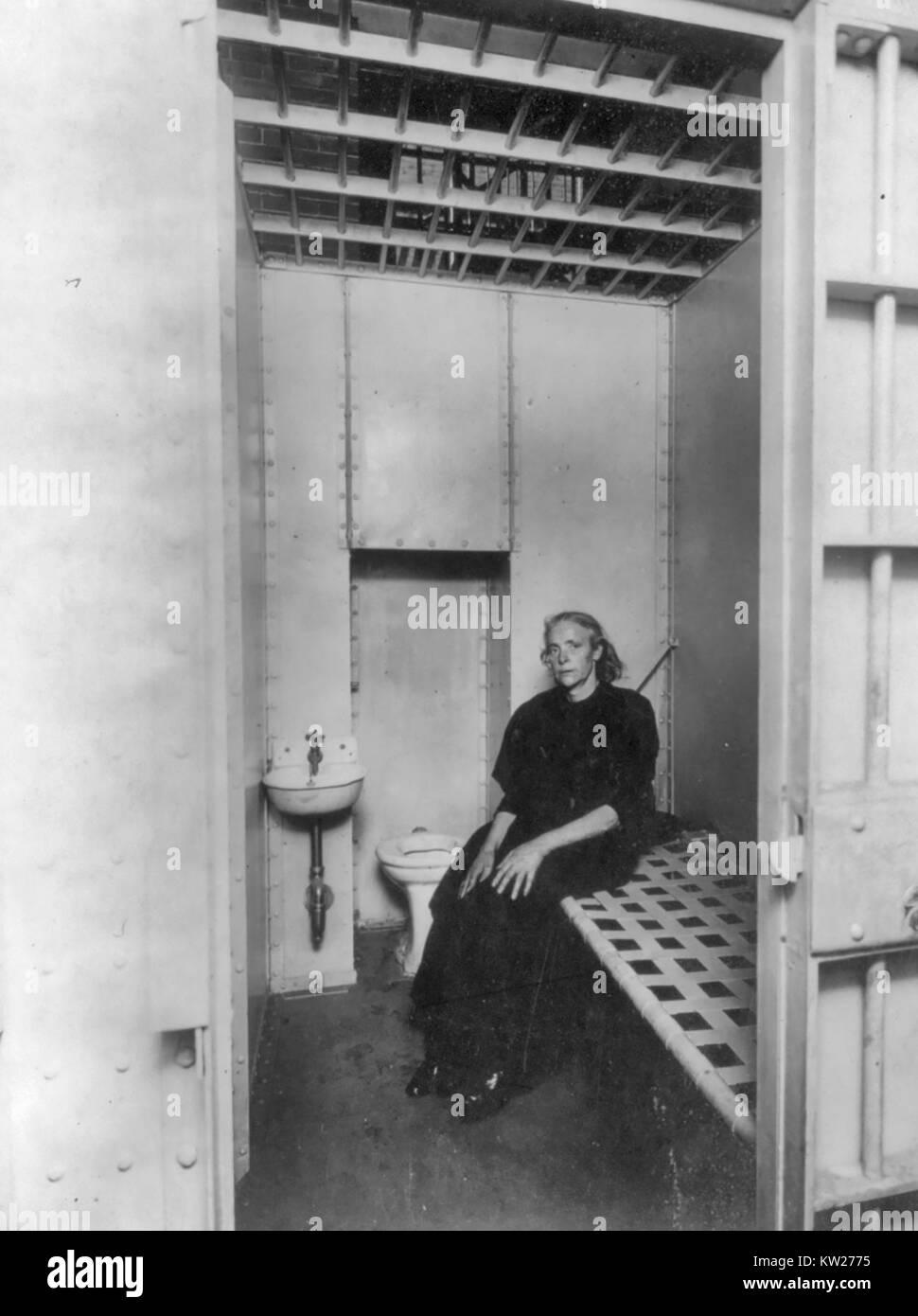 New York City Police Dept., 1909: 'Drunken woman' in new Tenderloin station cell, showing cot, toilet bowl, - Stock Image