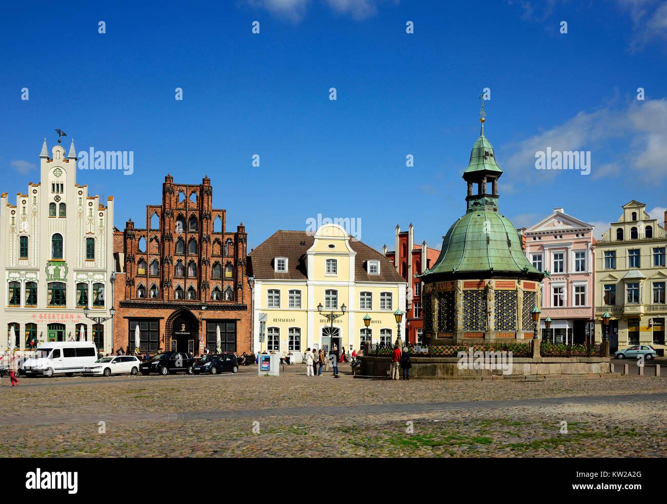 Wismar, marketplace, water art and Hornemannsche strip with old Swede and Reuterhaus, Marktplatz, Wasserkunst und - Stock Image
