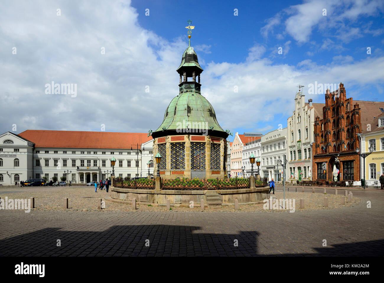 Wismar, marketplace, water art, city hall ujnd Hornemannsche strip, Marktplatz, Wasserkunst, Rathaus ujnd Hornemannsche - Stock Image