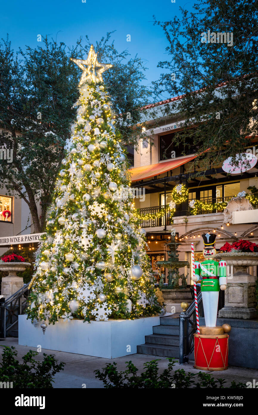 Restaurants Open On Christmas Day 2021 North Florida Christmas Tree And Decorations In Courtyard Shopping And Restaurant Near 3rd Street Naples Florida Usa Stock Photo Alamy
