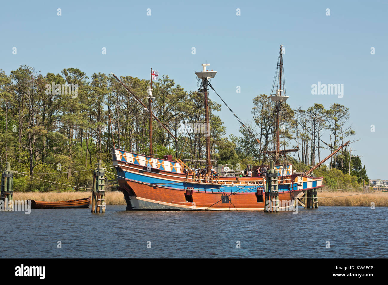NC01197-00...NORTH CAROLINA - Visitors learning about the historic replica of the 16th Century Elizabeth ll, part - Stock Image
