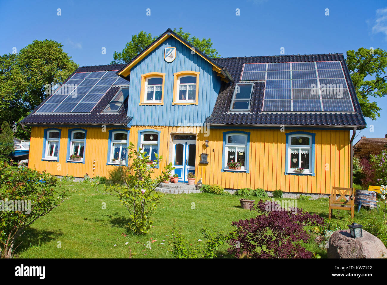 Wooden house with photovoltaics on roof, village Born at Darss, Fischland, Mecklenburg-Western Pomerania, Baltic - Stock Image