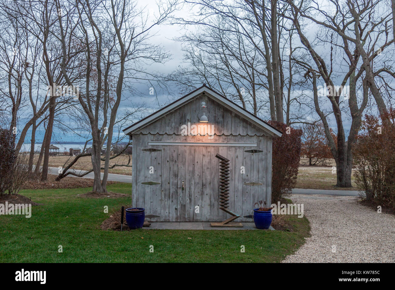 a small shed with a bronze sculpture in front of it in sag harbor, ny - Stock Image