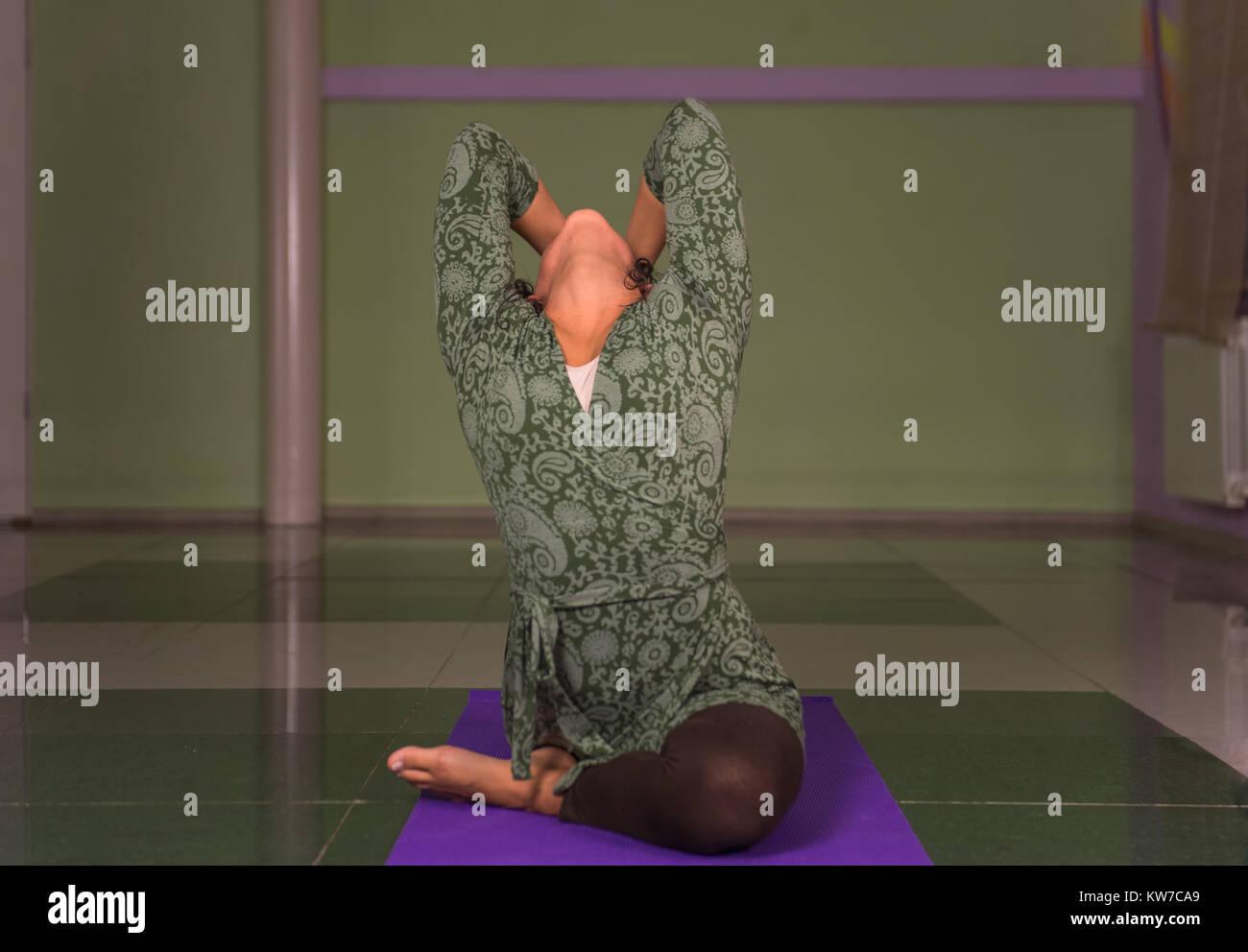 Yogi teaching yoga in a studio - Stock Image