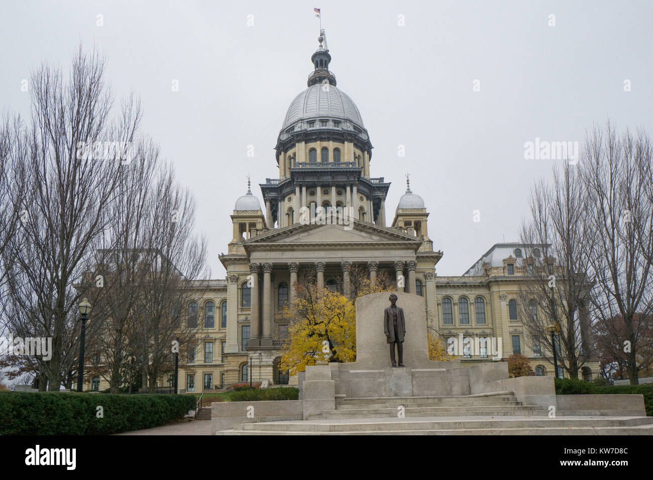 Abraham Lincoln statue in front of Illinois State Capitol building in Springfield. - Stock Image