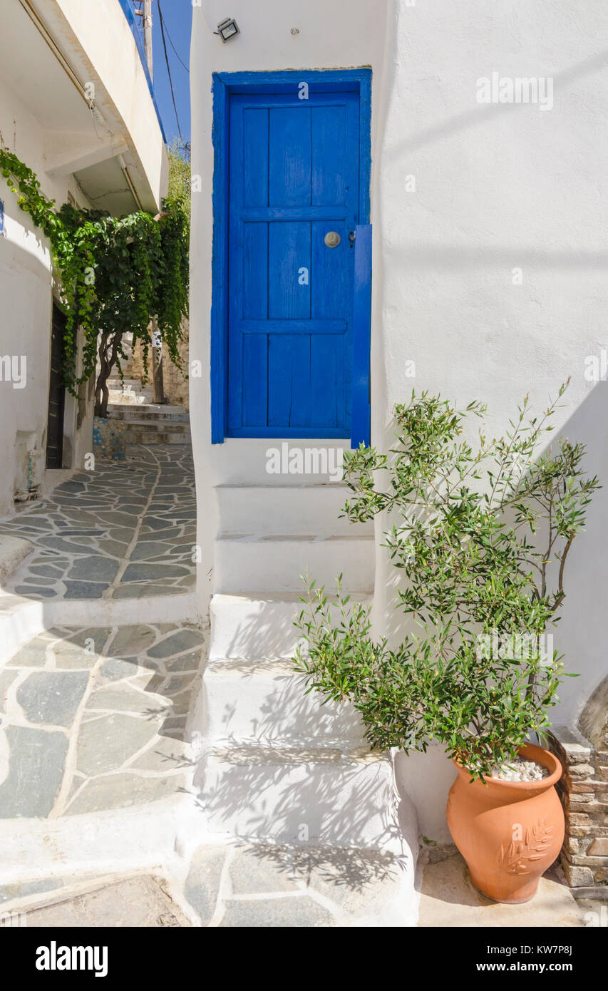 Blue wooden door on a whitewashed building in Naxos Town, Naxos Island, Cyclades, Greece - Stock Image