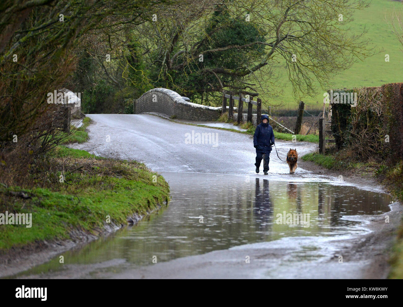 Alfriston, East Sussex. 31st December 2017. Cars navigating flooded roads in Alfriston, East Sussex, as storm Dylan - Stock Image