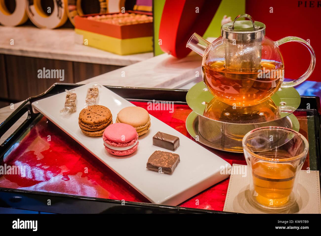 pierre herme macaron and tea display - Stock Image