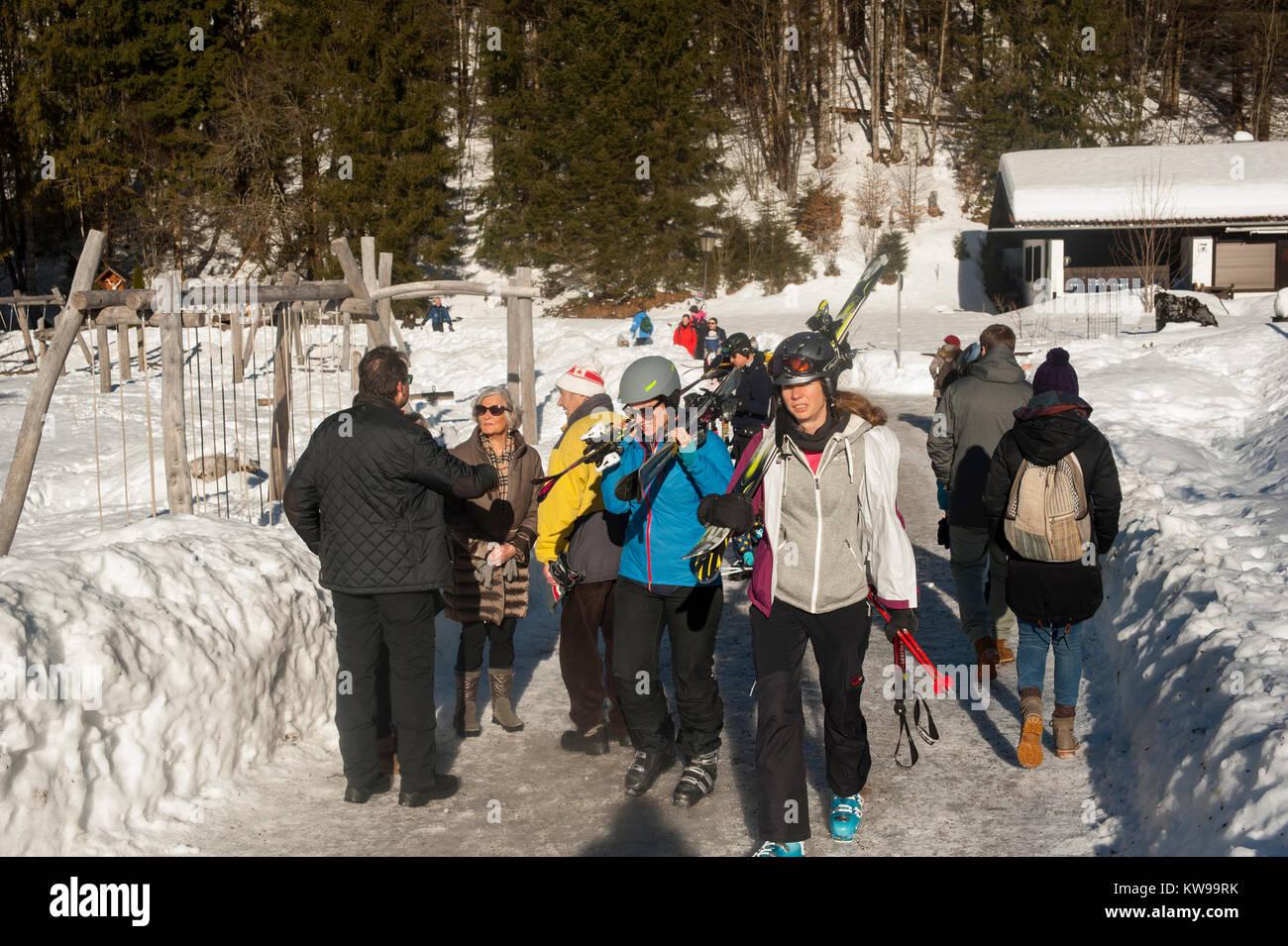 Eine Gruppe Skifahrer bereitet vor sich, auf hohe Niveaus des Spitzingsees in München zu steigen. Stock Photo