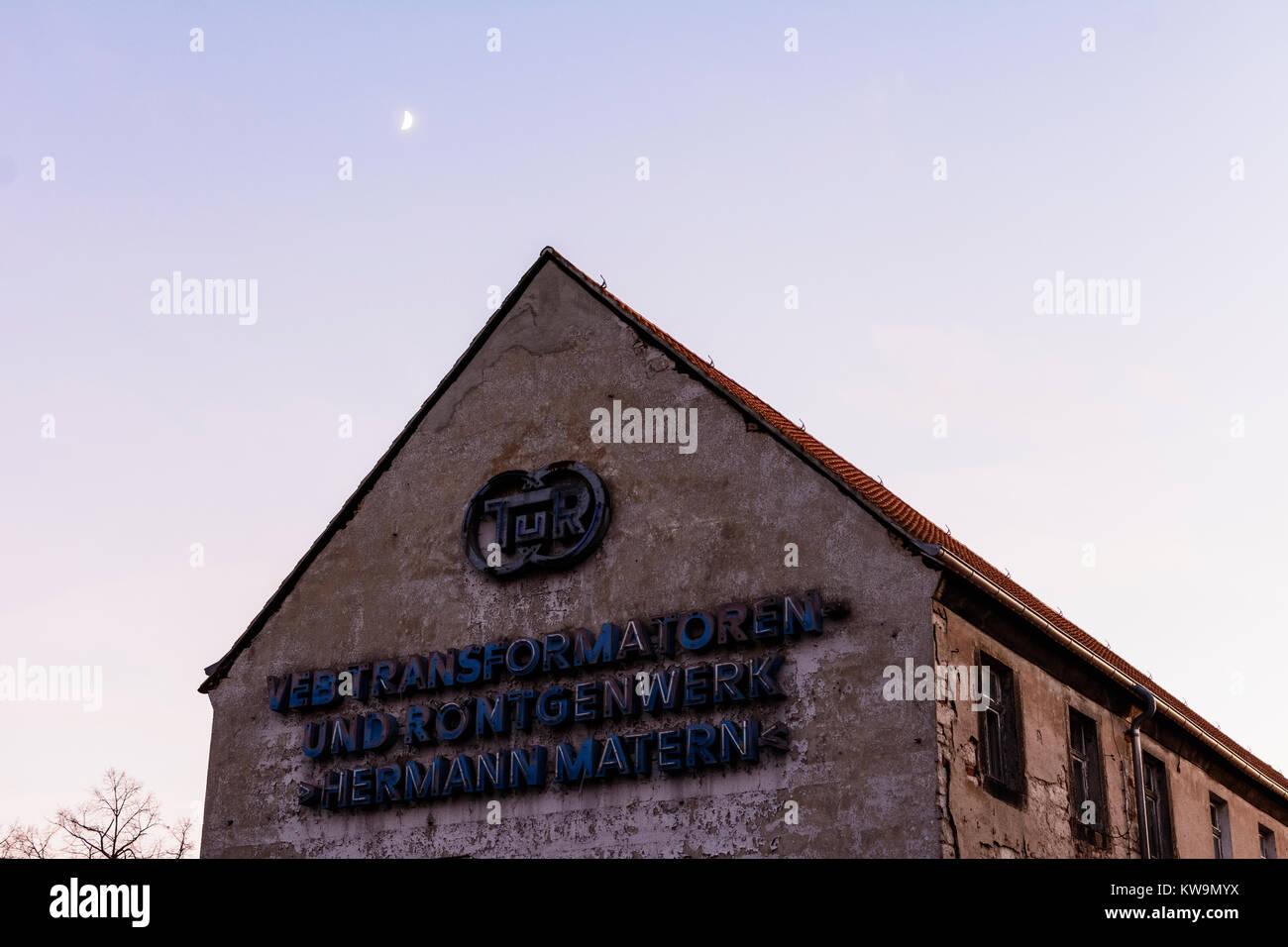 """old factory from GDR times sign """"VEB Transformatoren- und Röntgenwerk Hermann Matern, TuR"""" Stock Photo"""