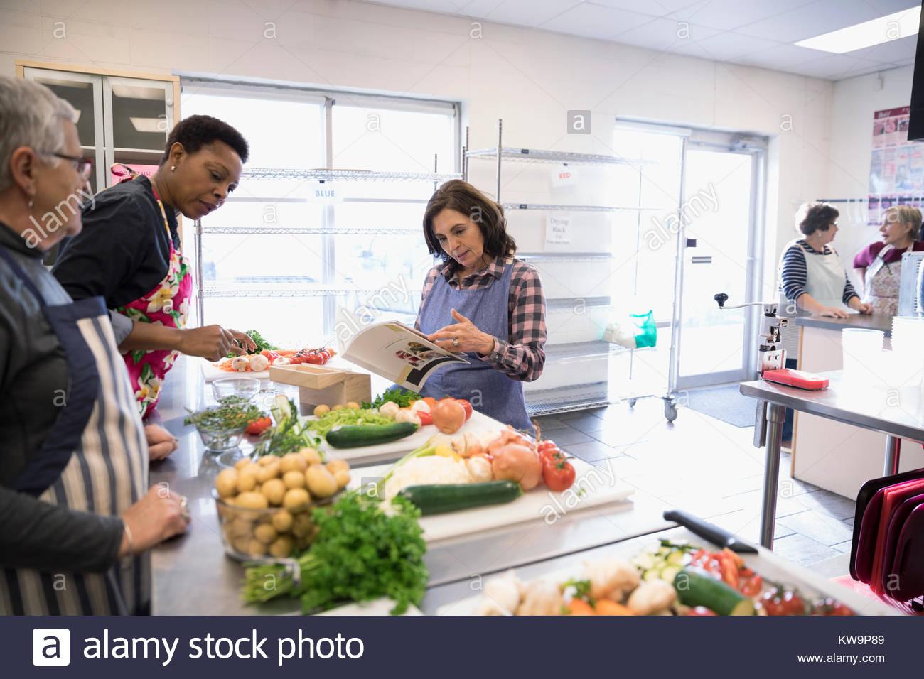 Volunteer Soup Kitchen Stock Photos & Volunteer Soup Kitchen Stock ...