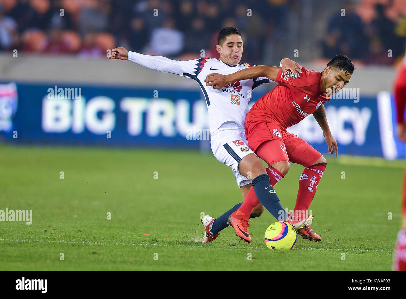 Houston, TX, USA. 30th Dec, 2017. América defender Enrique Cedillo (32) takes possession of the ball during - Stock Image