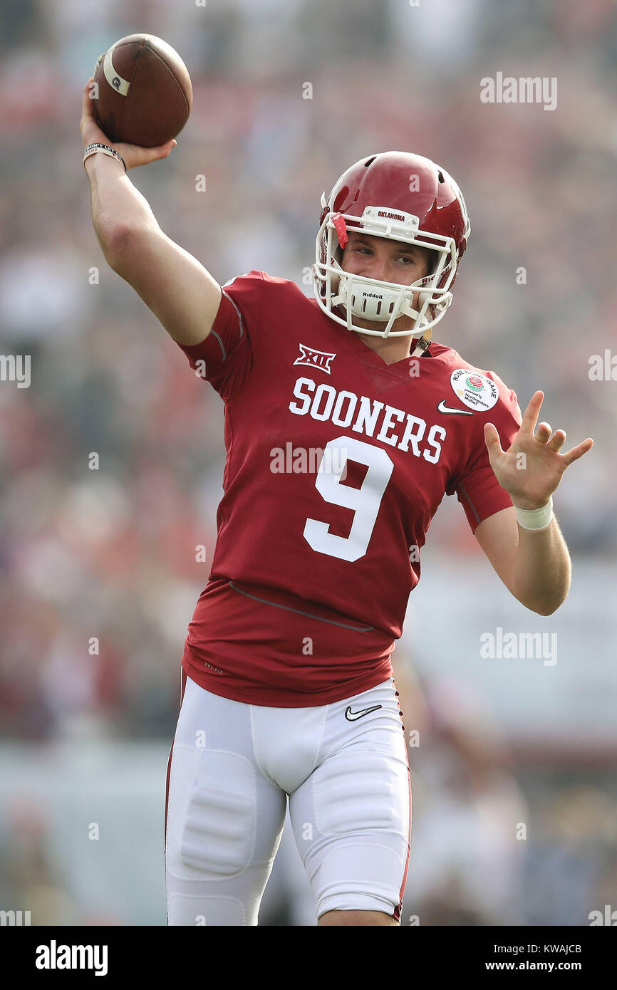 Pasadena, California, USA. 01st Jan, 2018. January 1, 2018: Oklahoma Sooners quarterback Tanner Schafer (9) warms Stock Photo