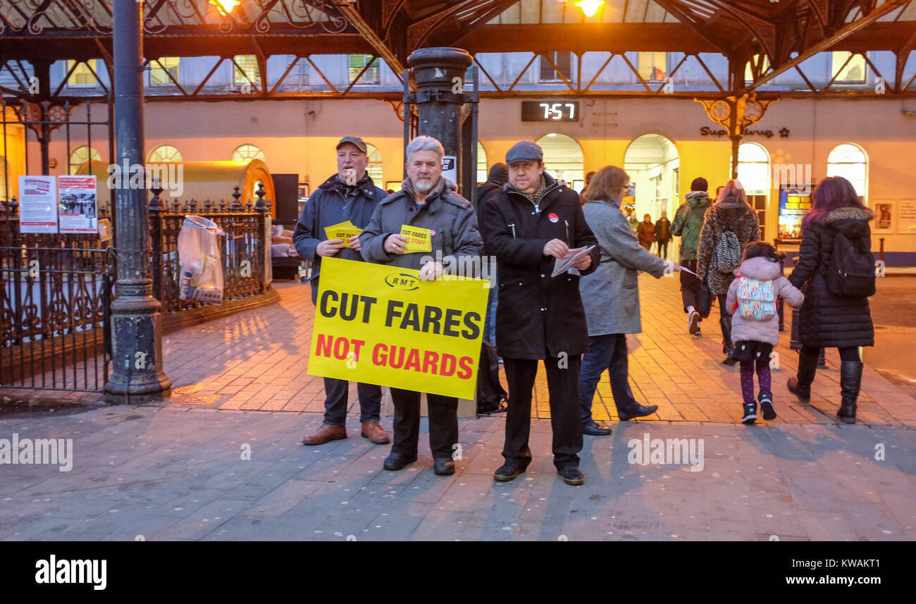 Brighton, UK. 2nd Jan, 2018. Members of the RMT union and the Labour Party protesting outside Brighton railway station - Stock Image