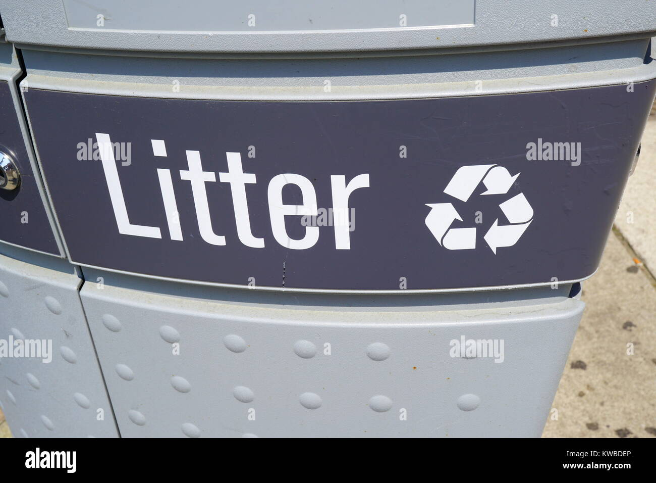 Garbage can with word 'litter' - Stock Image