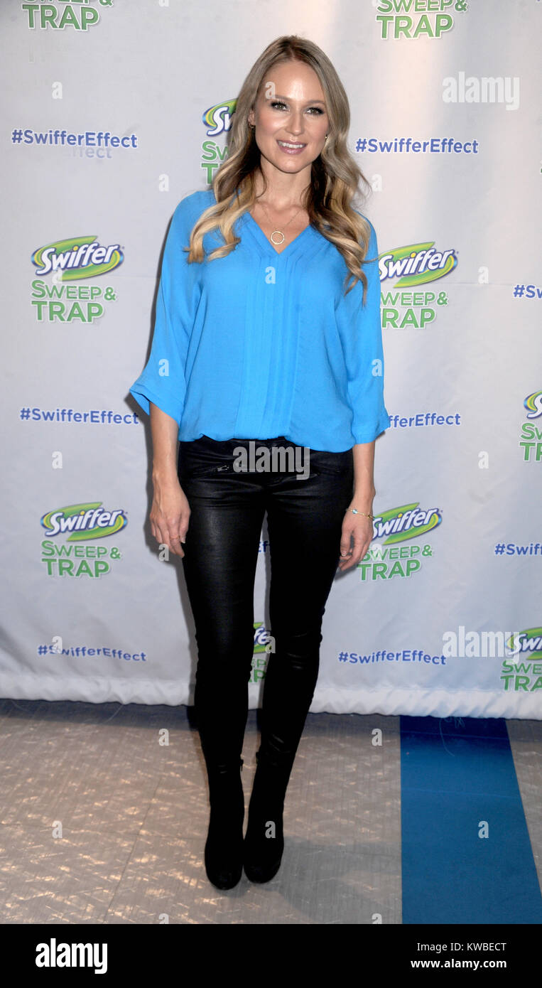 NEW YORK, NY - FEBRUARY 20: Singer/songwriter Jewel attends 'Swiffer Sweep & Trap' launch at Make Meaning - Stock Image