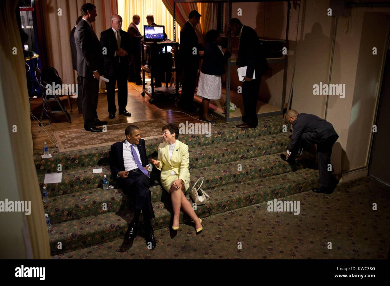 President Barack Obama relaxes with Senior Advisor Valerie Jarrett. They talked backstage before a reception in - Stock Image
