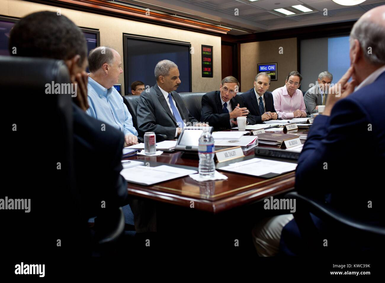 CIA Director David Petraeus speaking during a National Security meeting as Obama (left) listens. Situation Room - Stock Image