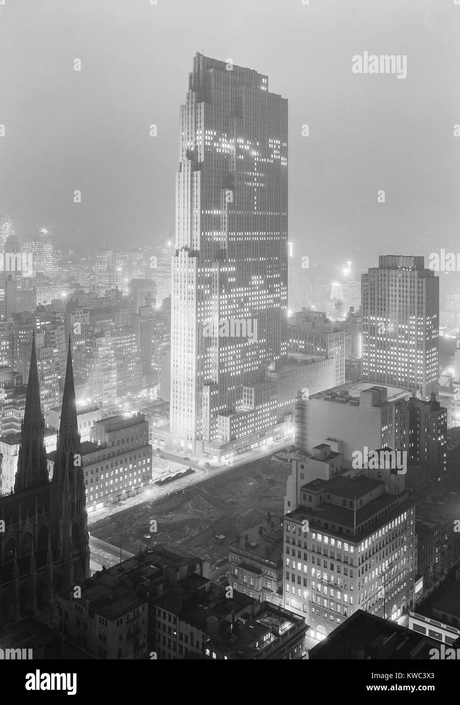 Night view of Rockefeller Center and RCA Building from 515 Madison Avenue on Dec. 5, 1933. The lots across the Street - Stock Image