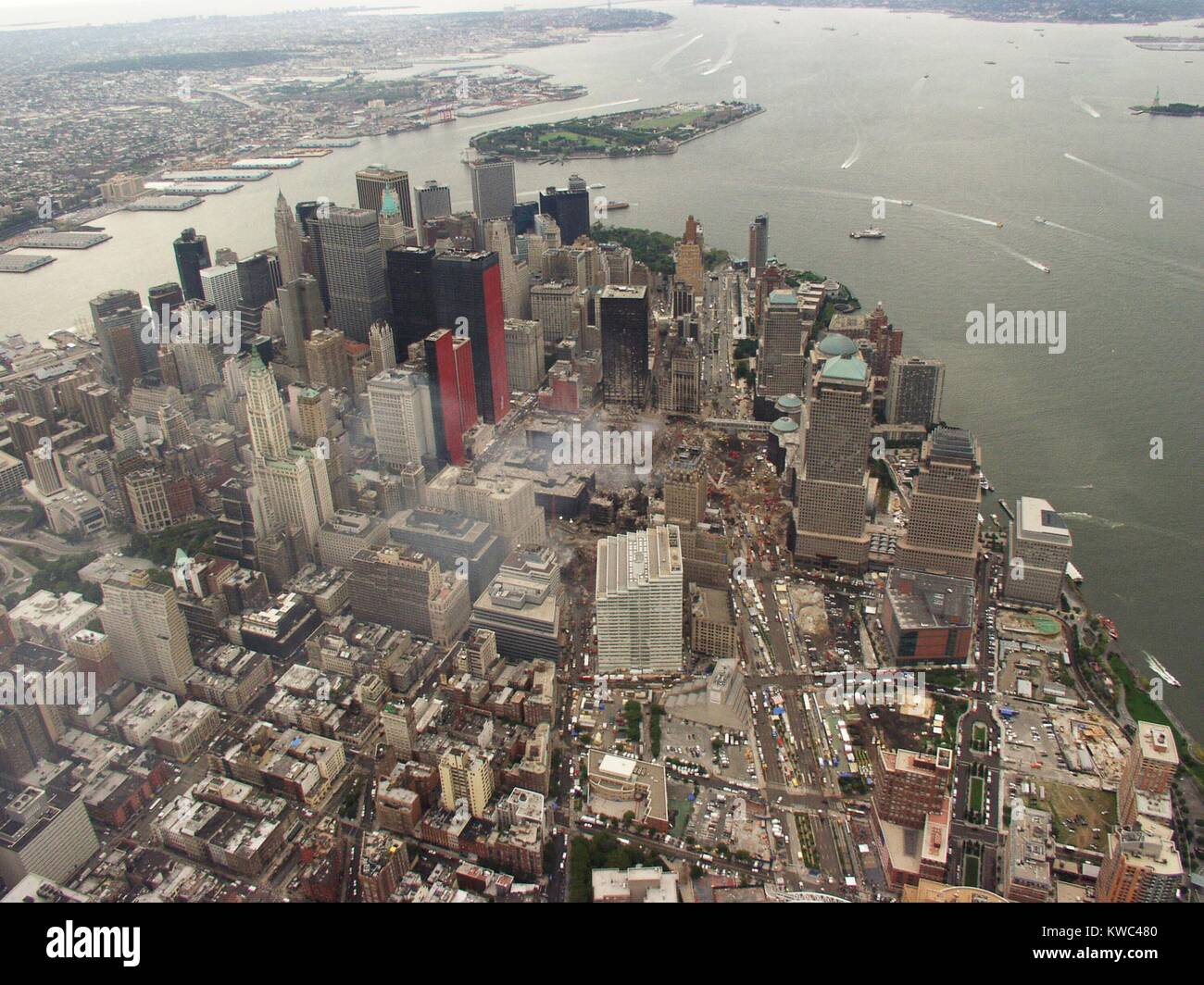 Aerial view of Lower Manhattan and New York Harbor on Sept. 27, 2001. In photo center, the Ground Zero site is still - Stock Image
