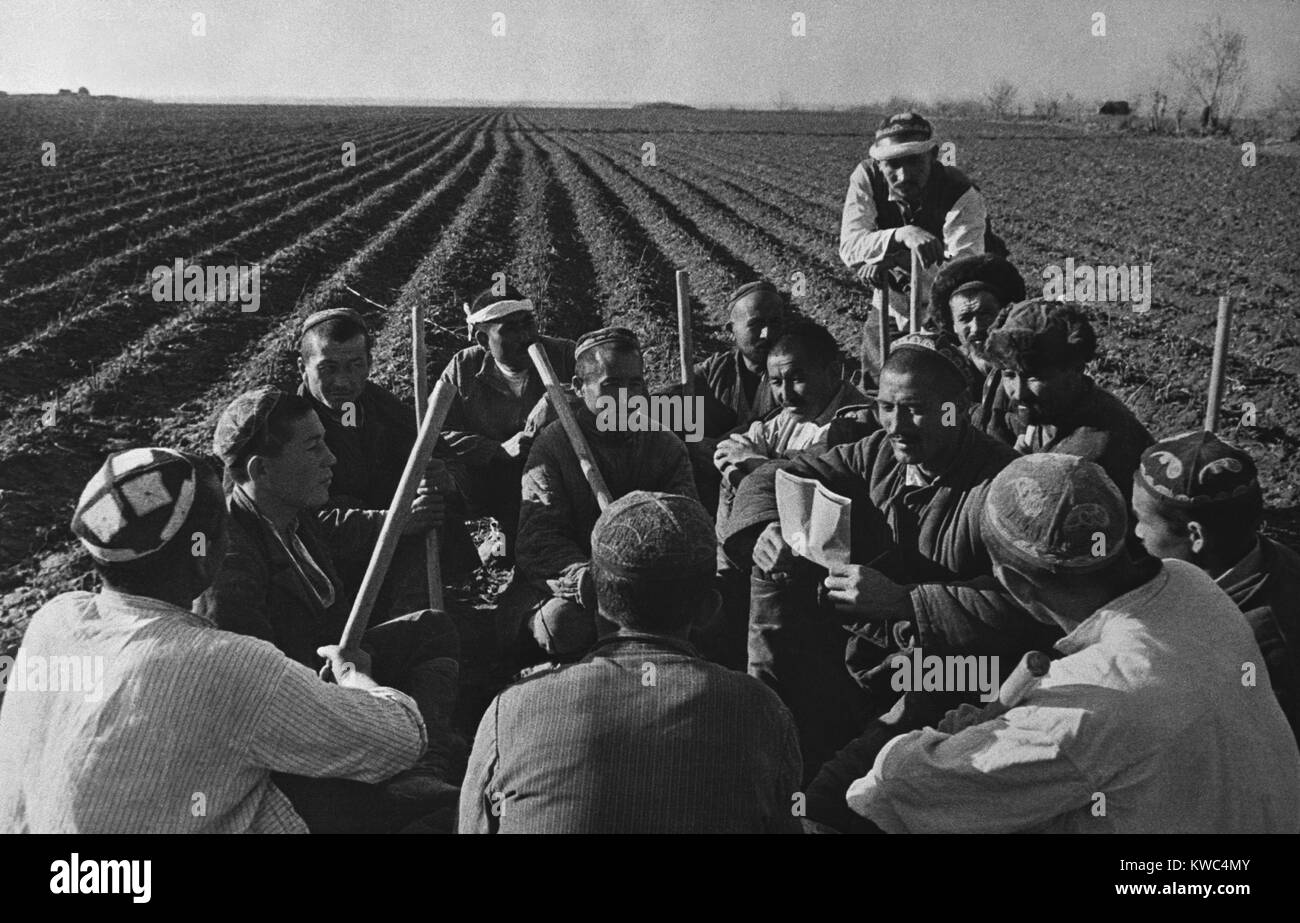 Uzbek collective farmers discussing work of spring sowing in the USSR. Ca. 1935-40. (BSLOC_2015_2_258) - Stock Image