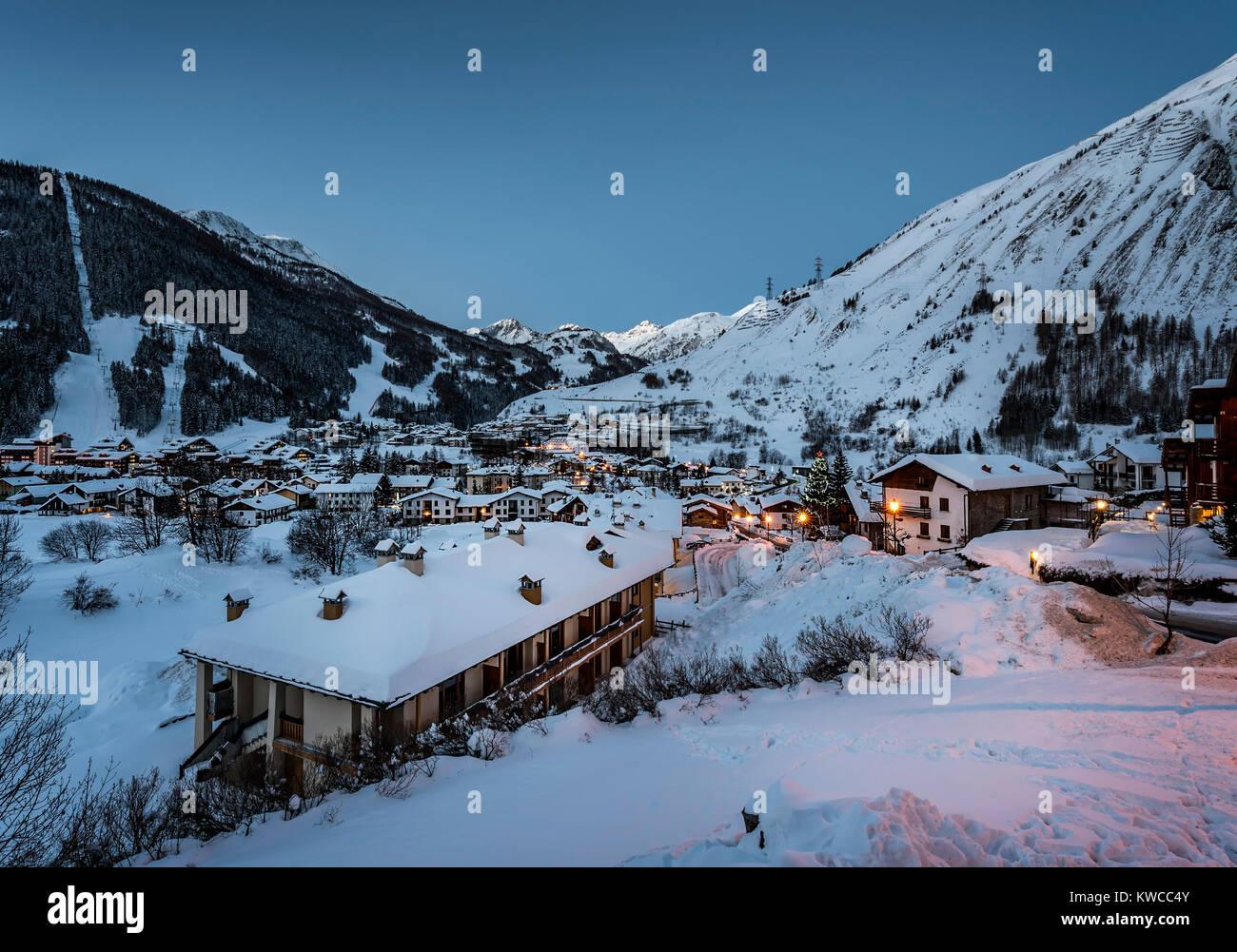 L'arrivo del giorno in una innevatissima La Thuile, Val d'Aosta - Stock Image