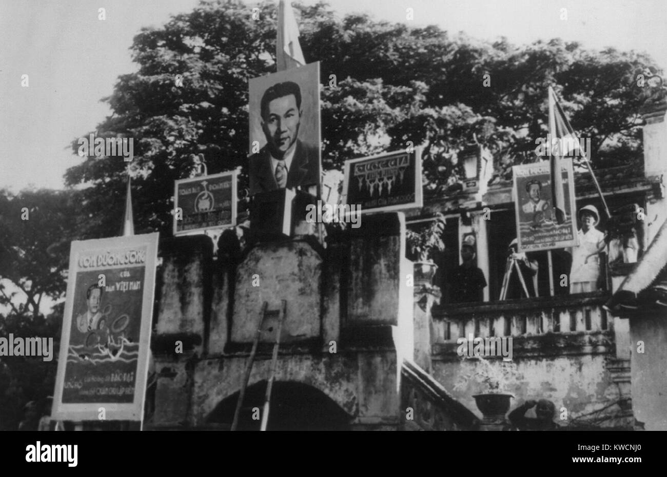 Peace ceremonies between the French Indo-Chinese Vietnam and the French emissaries in 1948. Posters show Bao Dai, - Stock Image