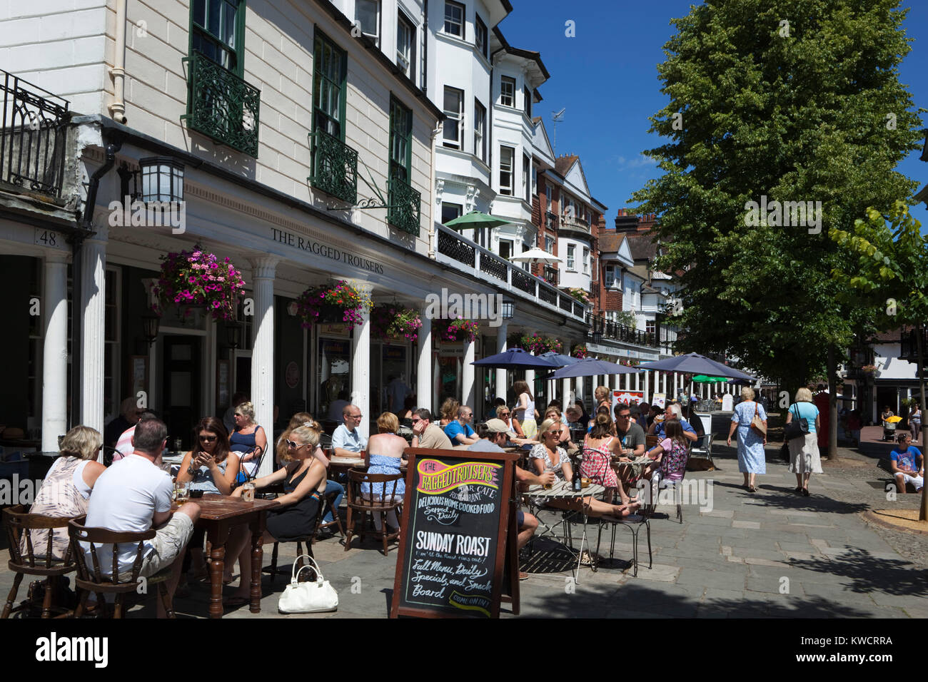 TUNBRIDGE WELLS, KENT, ENGLAND: Cafes along the Pantiles on busy afternoon - Stock Image
