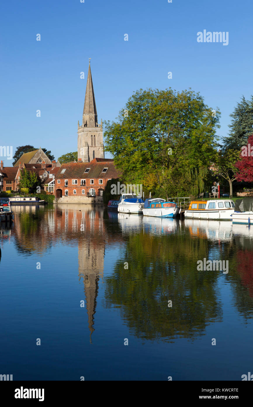 ABINGDON, OXFORDSHIRE, ENGLAND: River Thames at Abingdon with spire of St Helen's church - Stock Image