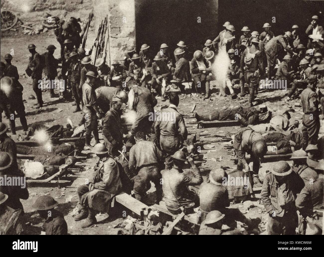 World War 1: American Red Cross First-Aid station in French town on the Western Front. Badly wounded soldiers have - Stock Image