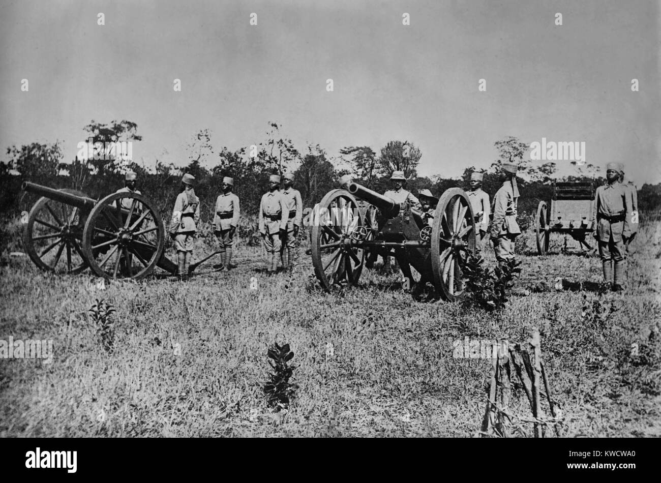 World War 1 in East Africa. German Askaris (native soldiers) posing at attention with artillery. Manning the gun - Stock Image