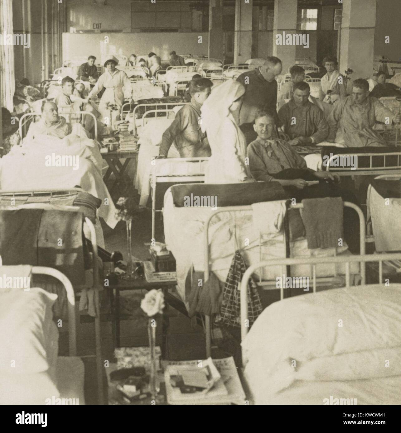 Wounded American soldiers in the New York City Convalescent Hospital No. 5. during World War 1. Nurses attend recovering - Stock Image