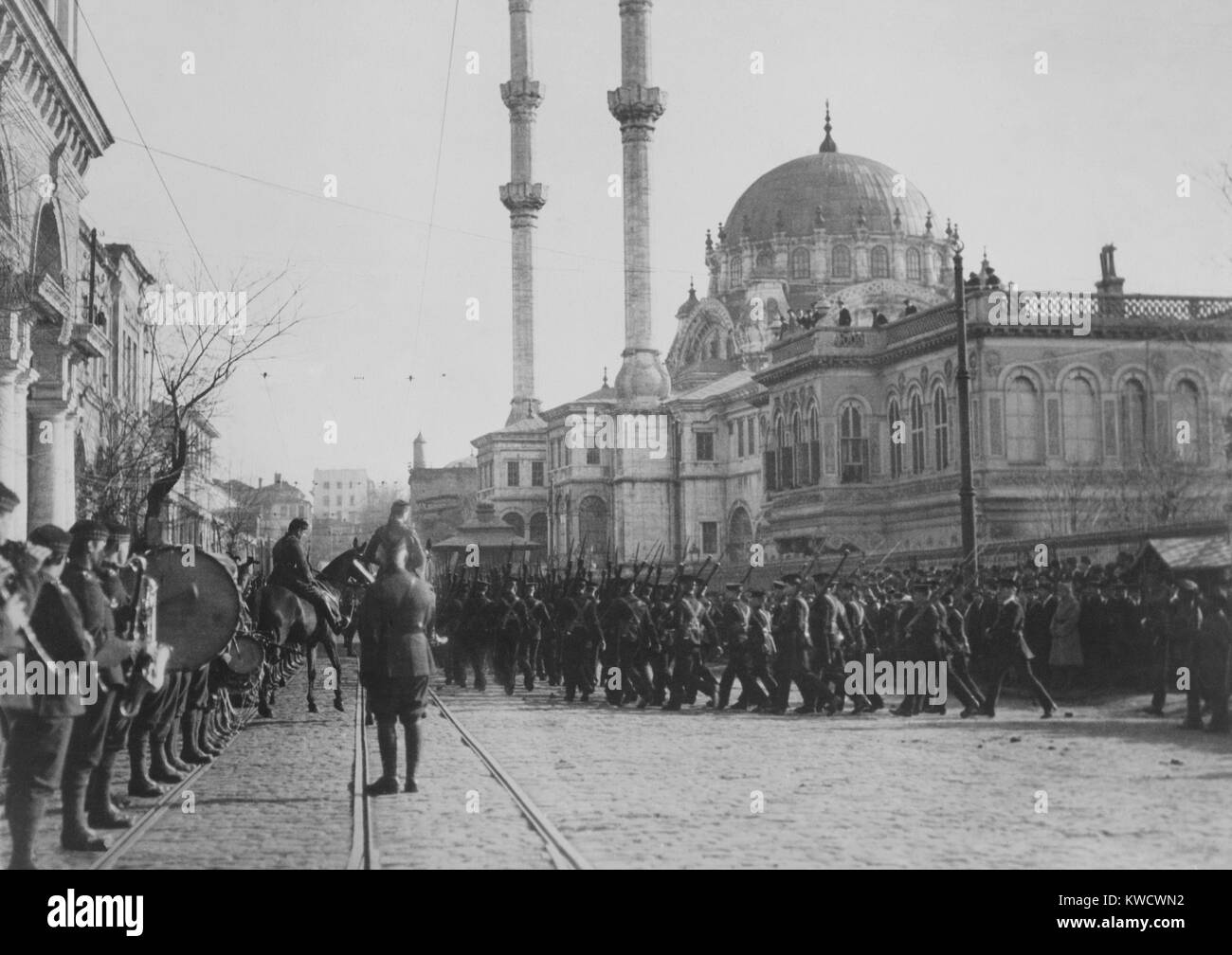 British troops marching by Nusretiye Mosque in Istanbul in 1920. Armistice of Mudros (Oct. 30, 1918) and Treaty - Stock Image