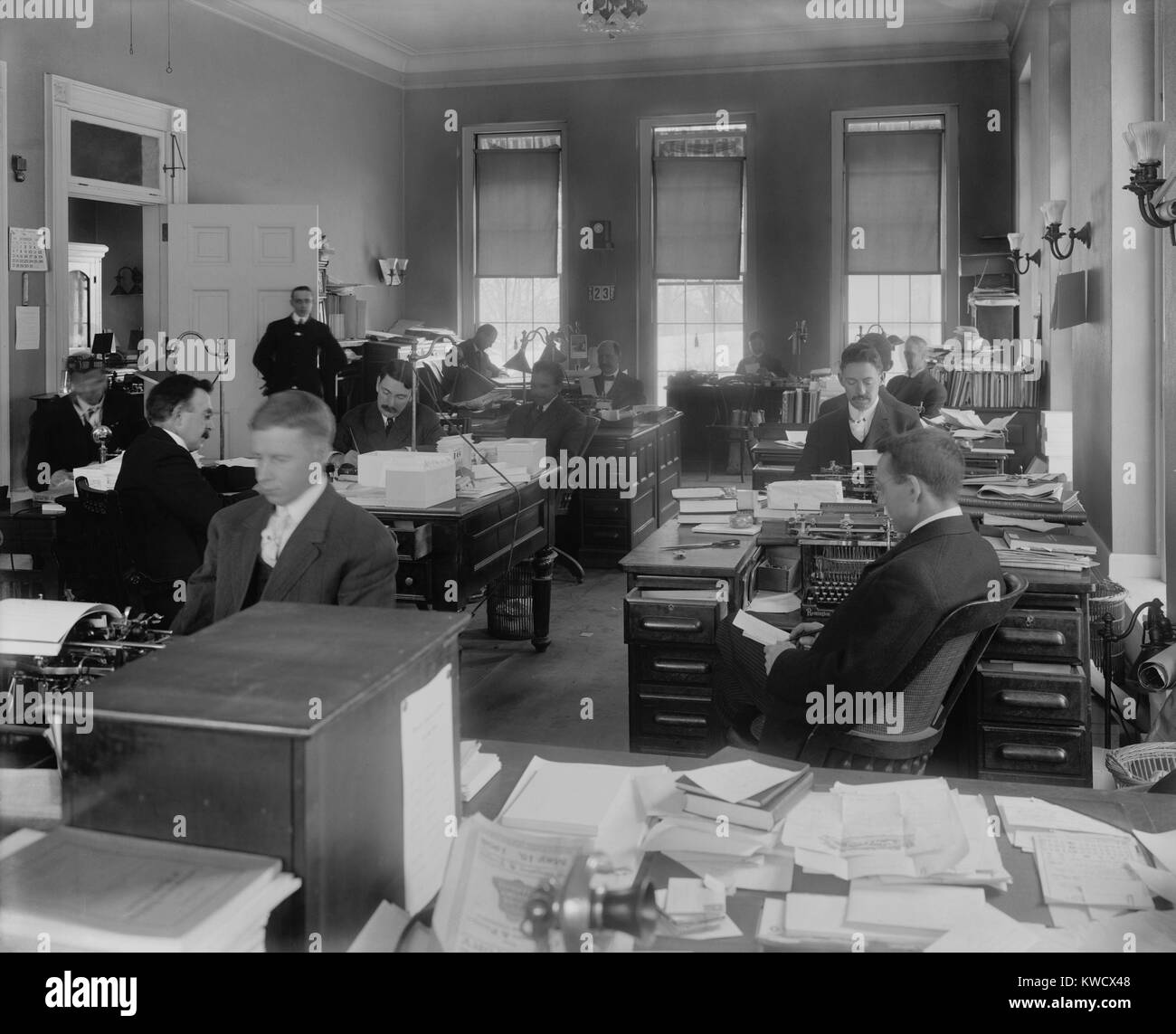 Men at desks in White House Executive Office, Dec. 23, 1908, Washington, D.C. They were working during the transition - Stock Image
