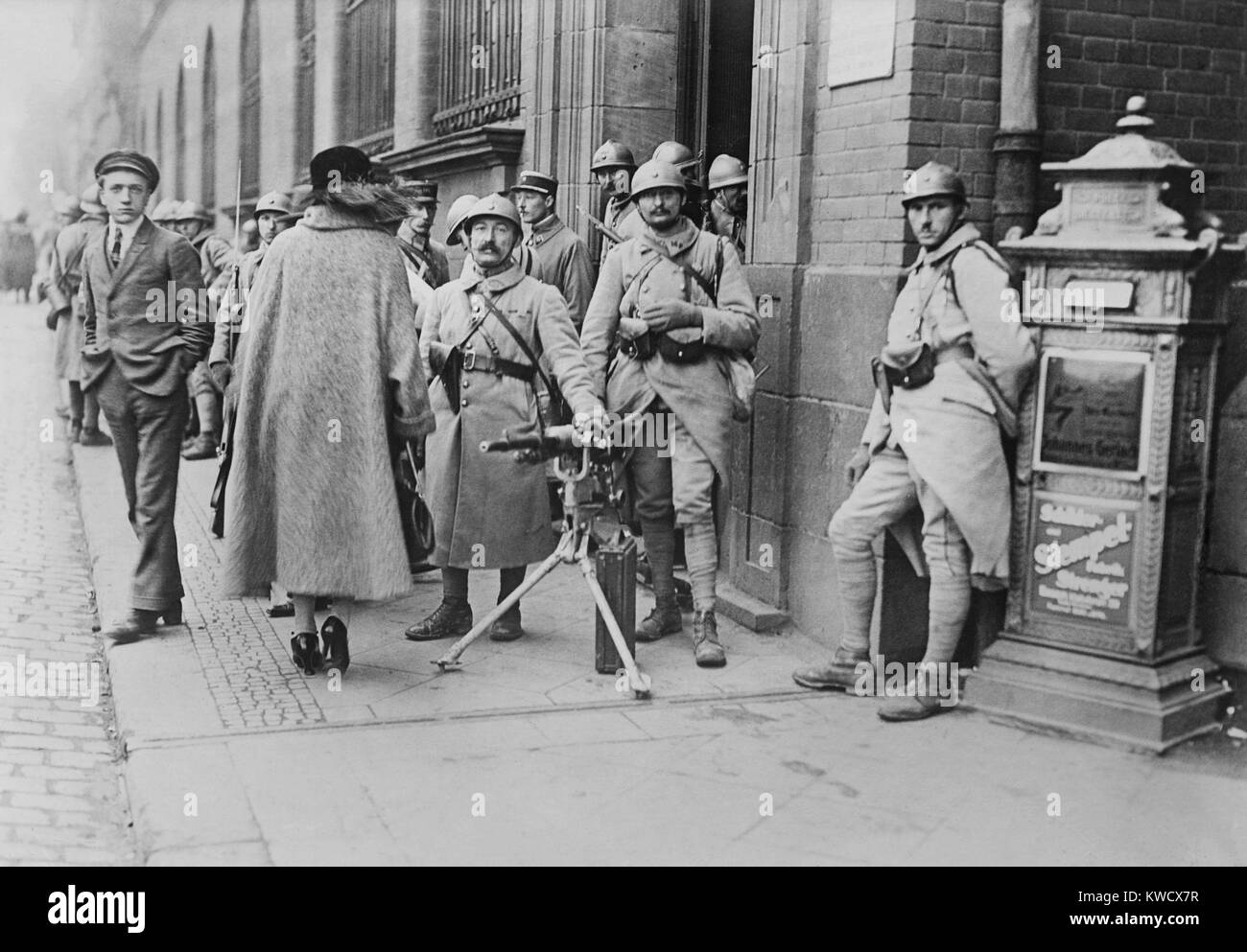 French soldiers with a machine gun stationed at the post office in Essen, Germany, 1923. The occupation lasted until - Stock Image