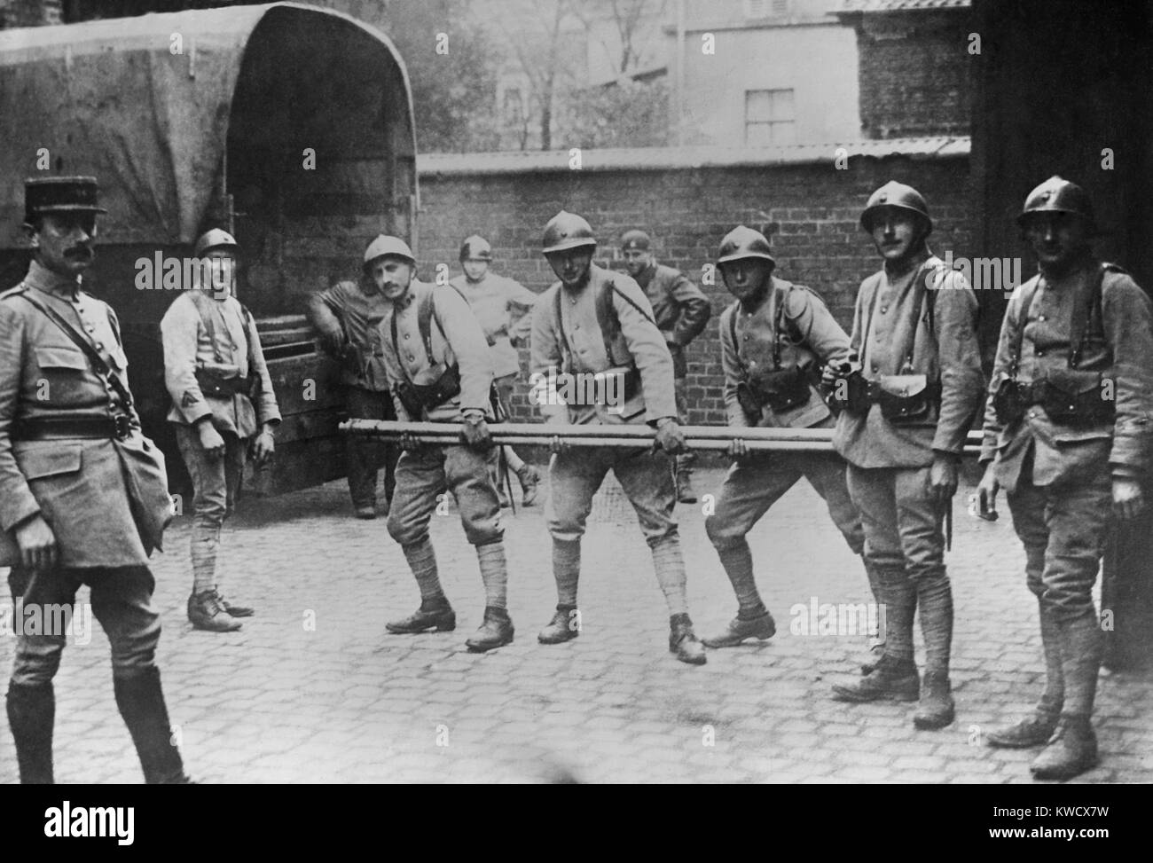 French soldiers requisition iron pipe in Ruhr, extracting German payment of WW1 reparations, 1923-25 (BSLOC_2017 - Stock Image
