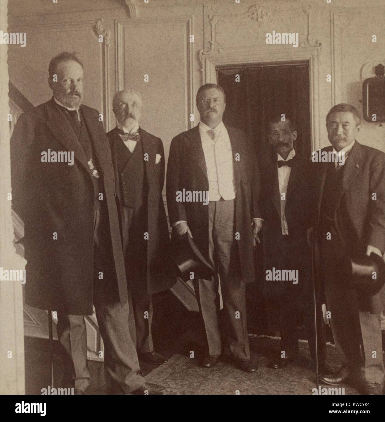 President Theodore Roosevelt and envoys of Japan and Russia on the Presidential Yacht, August 1905. L-R: Count Sergei - Stock Image