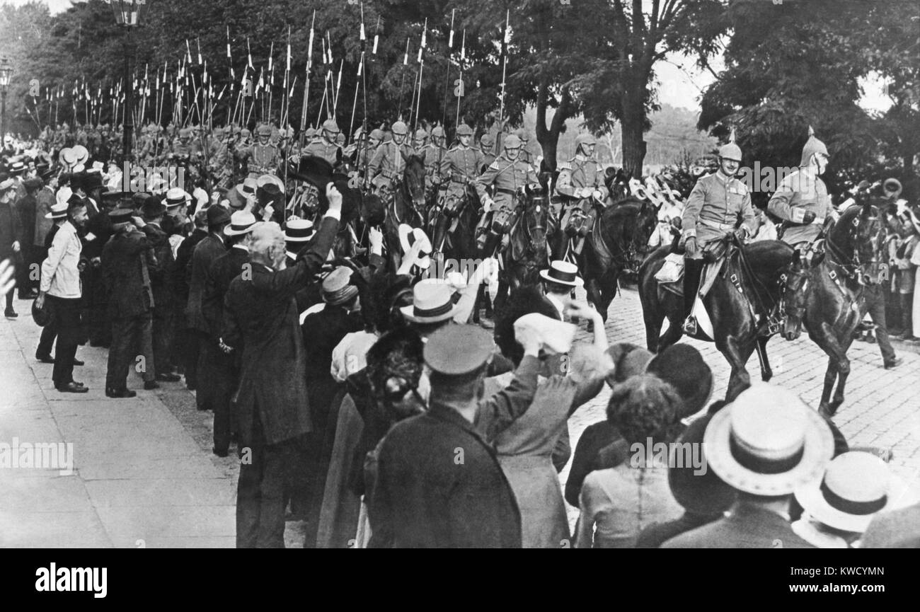 Berlin crowd cheers German troops heading for the front in August 1914, at the start of World War 1 (BSLOC_2017 - Stock Image