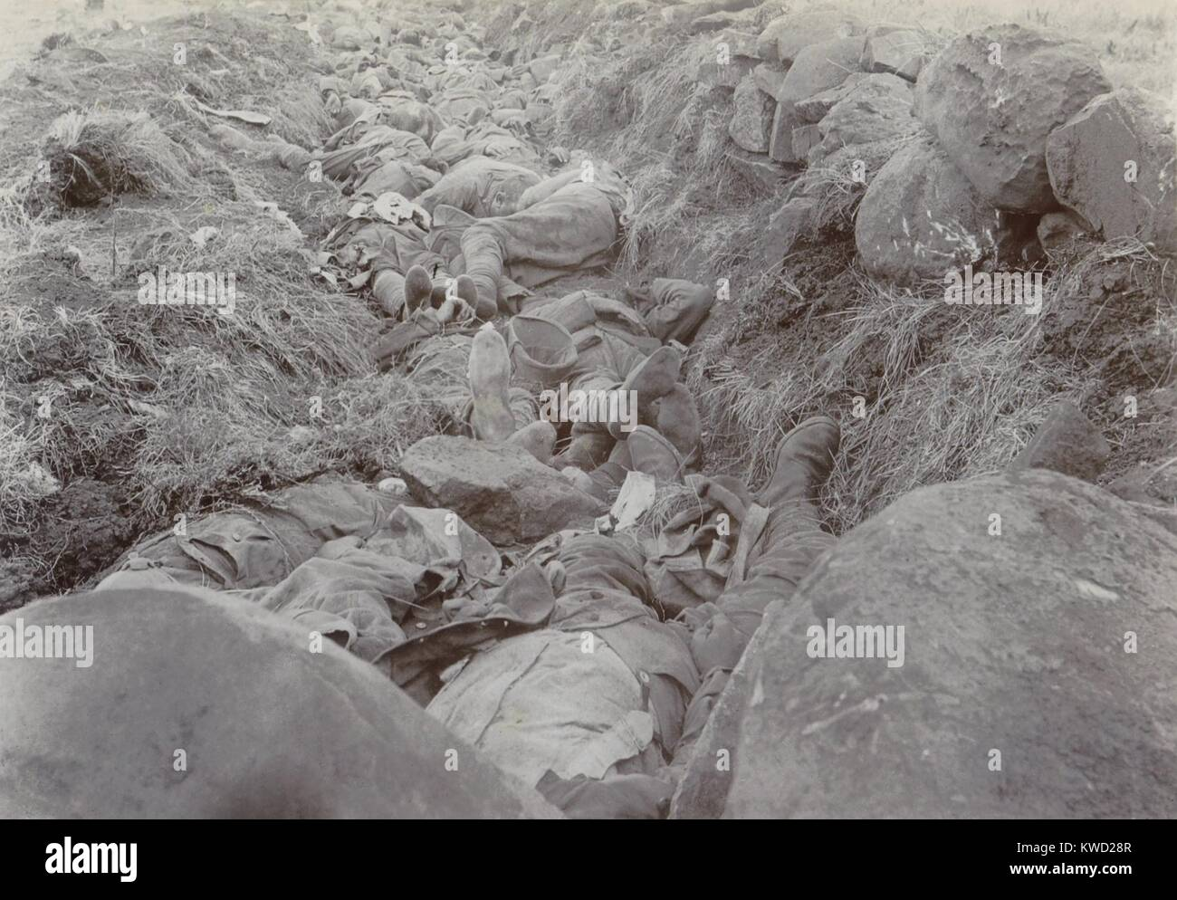 British soldiers lie dead in their shallow trench after the Battle of Spionkop, Jan. 23-24, 1900. They were part - Stock Image