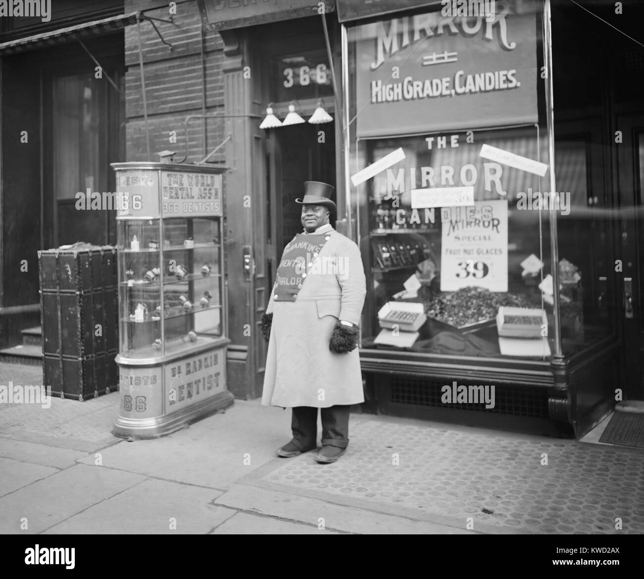 African American promoting Dr. Ranklins Dental Parlor with on his doubled breasted coat. The door of 366 Fifth Avenue - Stock Image