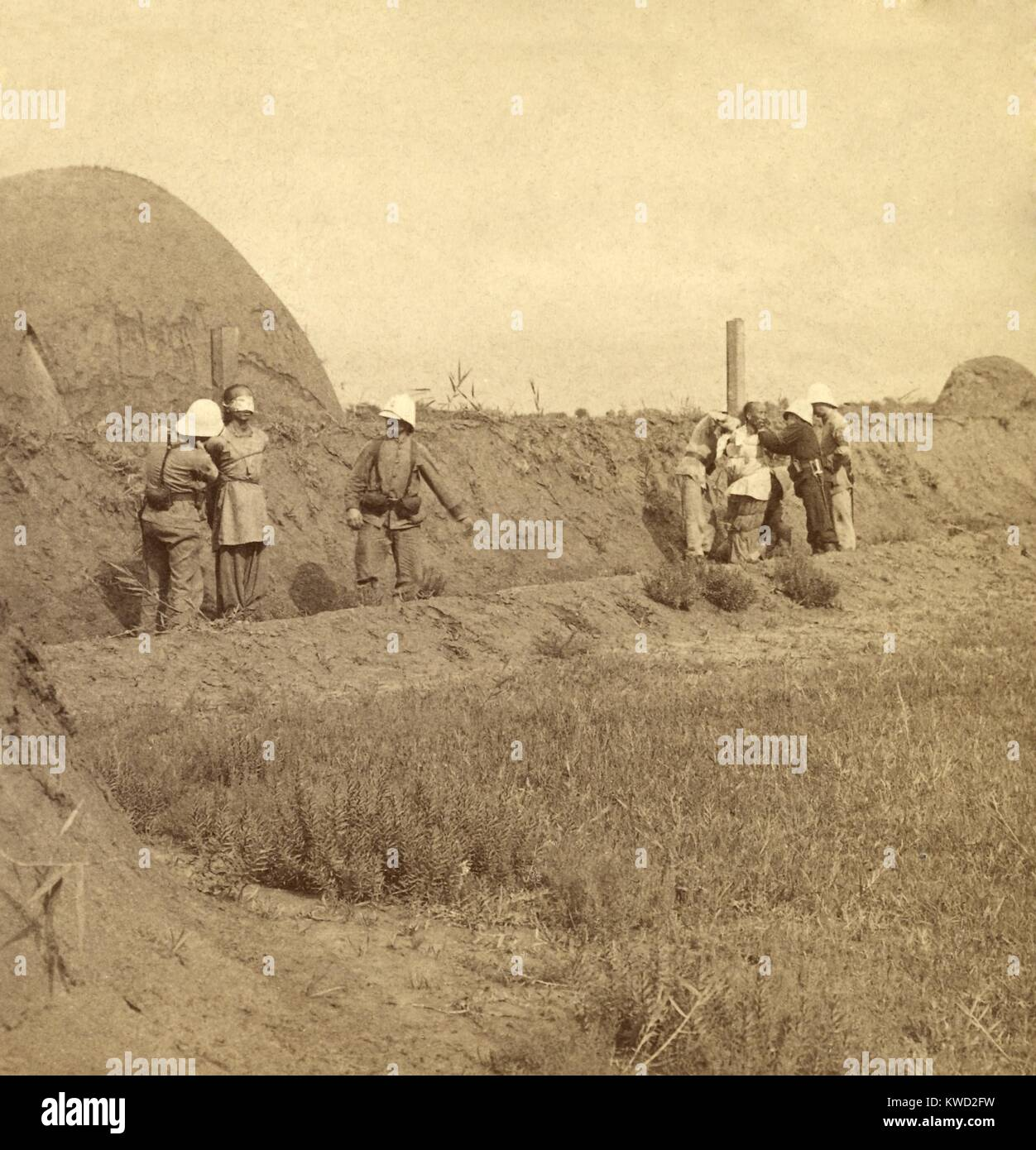 Occupying French soldiers preparing two Chinese prisoners to be shot in Tianjin (Tientsin). Allied Expeditionary - Stock Image