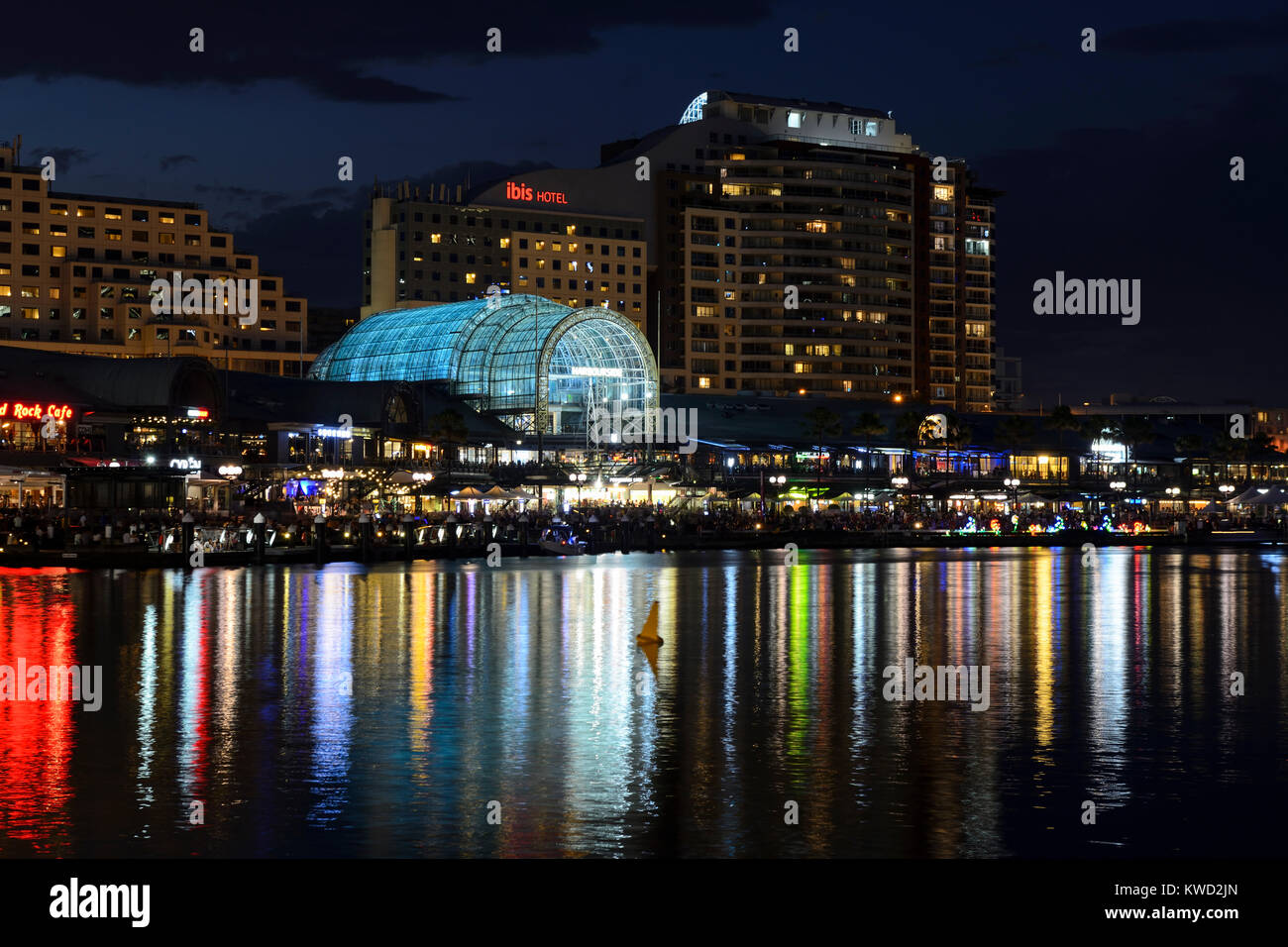 Sydney International Conference Centre and Harbourside Shopping Centre in Darling Harbour by night - Sydney, New - Stock Image