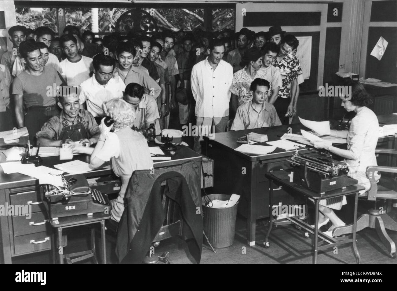 110 Hawaiian men enlisting in a combat regiment of 1,500 Americans of Japanese ancestry, March 1943. 14,000 men - Stock Image