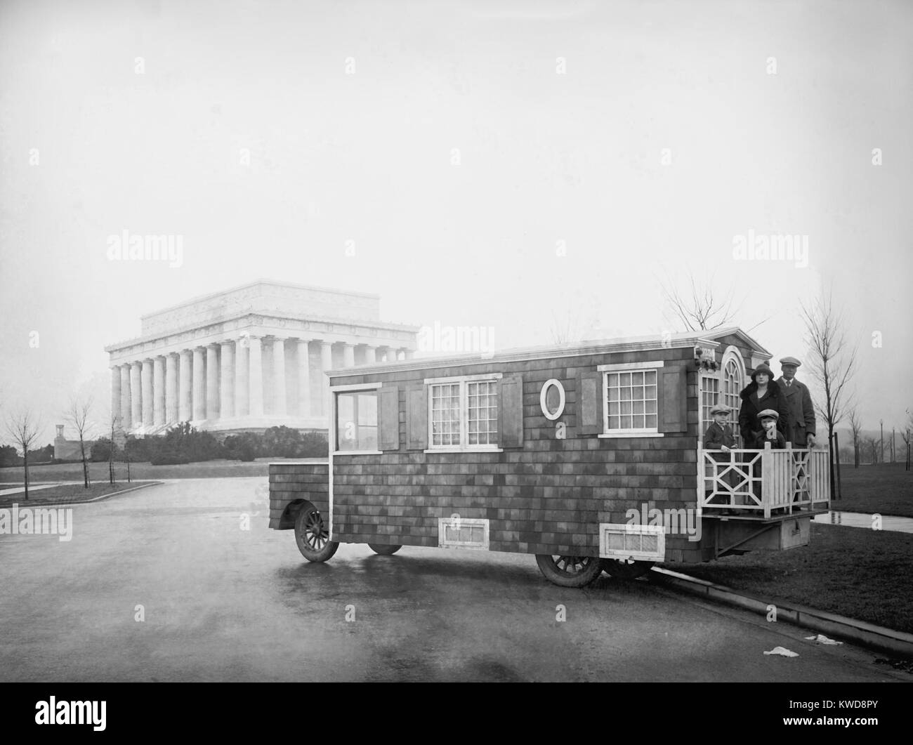 'Bungalow Auto' parked near the Lincoln Memorial in Washington, D.C. Feb.1, 1926. The house on wheels belongs - Stock Image