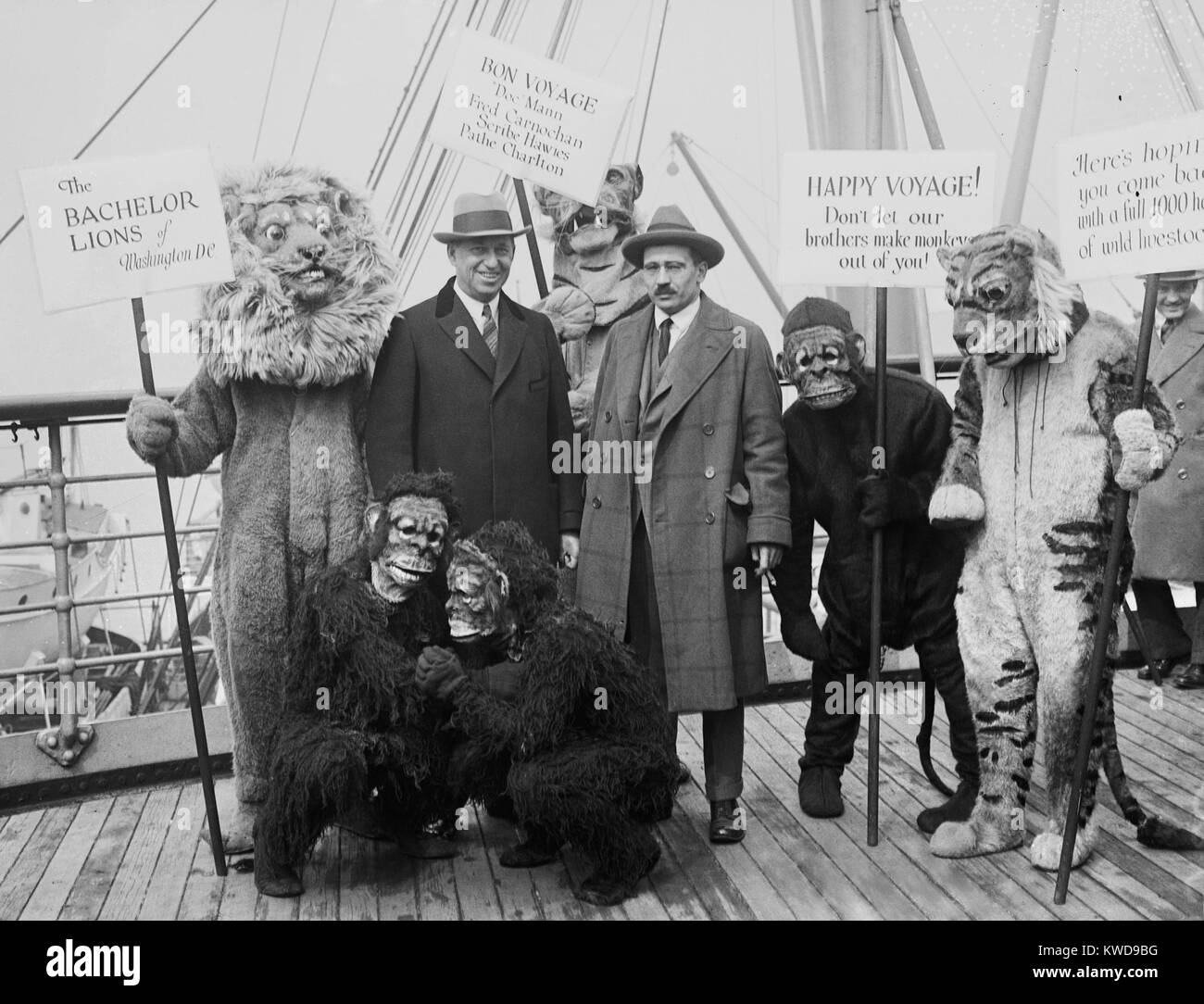 William M. Mann (right), sets off on Smithsonian-Chrysler Expedition to Tanganyika and East Africa. Standing with - Stock Image