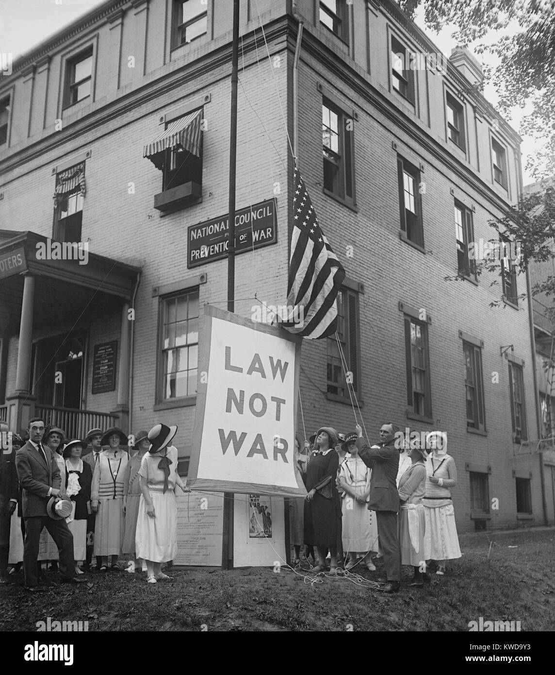 Raising the LAW NOT WAR banner over the HQ of the Council for Limitation of Armaments. July 23, 1923. The Council - Stock Image