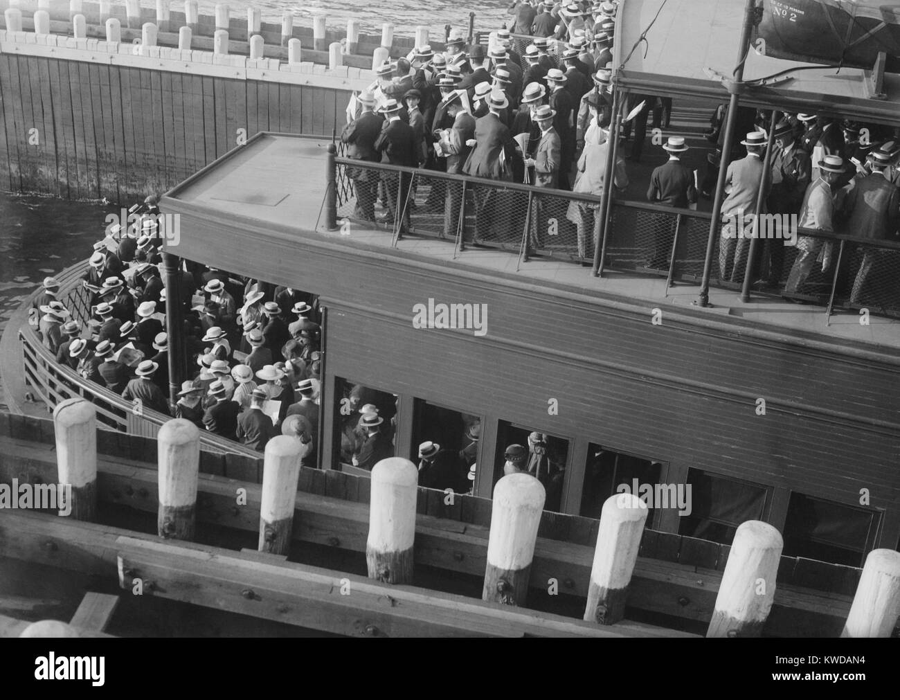 Commuters on a ferry entering a 'slip', 1915-20. Commuters used ferries from New Jersey, Brooklyn and Staten - Stock Image